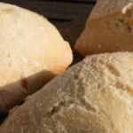 Hvis du godt kunne tænke dig at få en lille smule Italien ind i dit hjem, så skulle du prøve at bage disse lækre ciabattaboller. De er simpelthen så dejlige luftige og sprøde. De er en anelse komplicerede at lave, men oplevelsen ved at spise dem overgår helt klart den lidt langsomme tilbedredning. Du får ca 12 stk. ud af denne opskrift.