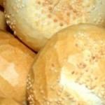 Istedet for at gå til bageren og købe dine rundstykker dér - hvorfor så ikke lave dem selv, så du ved præcist hvad de er lavet af og hvordan de er lavet. Her er en opskrift på de dejlige sprøde spanske rundstykker som du enten kan pynte med sigtemel eller sesamfrø. Det kan godt være det er nemmere at gå ned til bageren, men når du selv har lavet dem, så smager de bare 10 gange bedre. Du får ca. 15 boller ud af denne opskrift. Rigtig god fornøjelse!